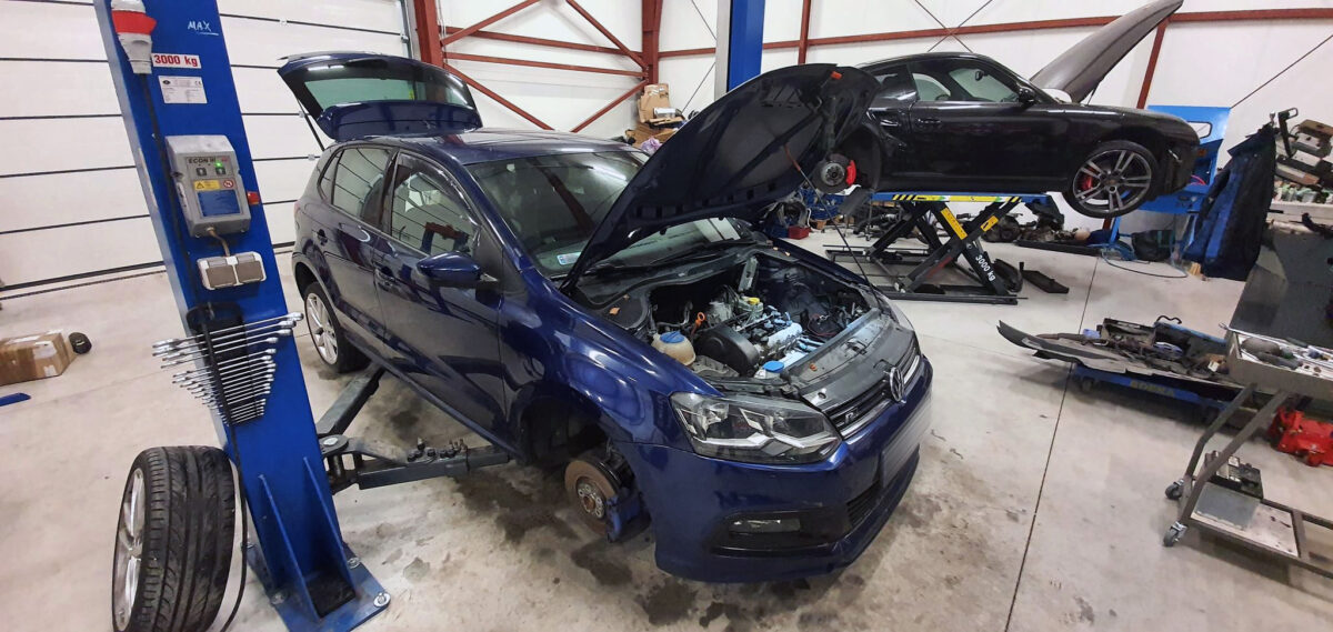 Old engine removed | 1 4 CGGB 63KW engine Polo 6R